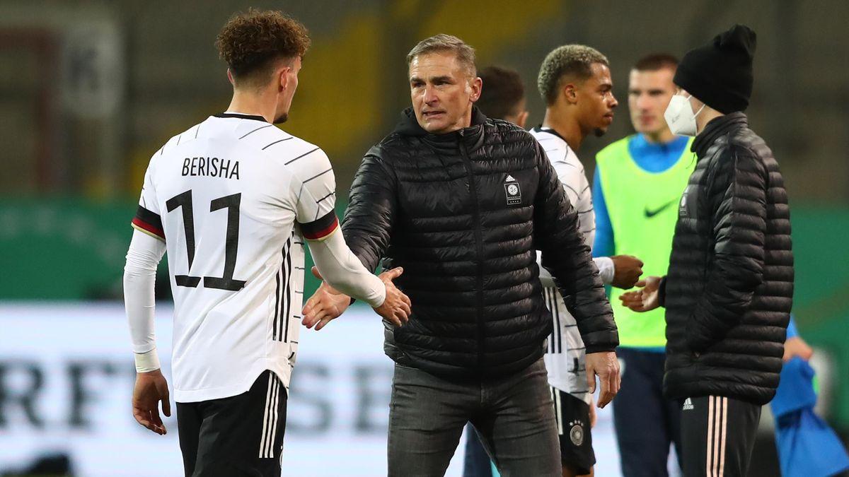 U21-Nationaltrainer Stefan Kuntz (r.) im Gespräch mit Mergim Berisha