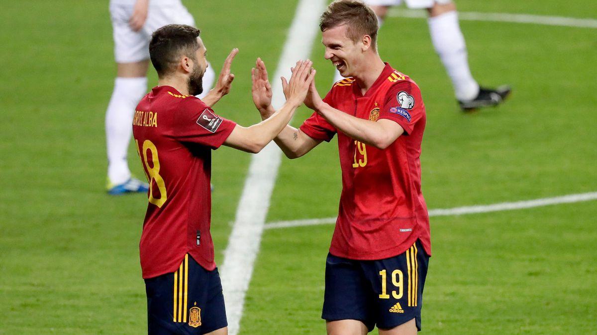 Jordi Alba y Dani Olmo celebran el primer gol de España.