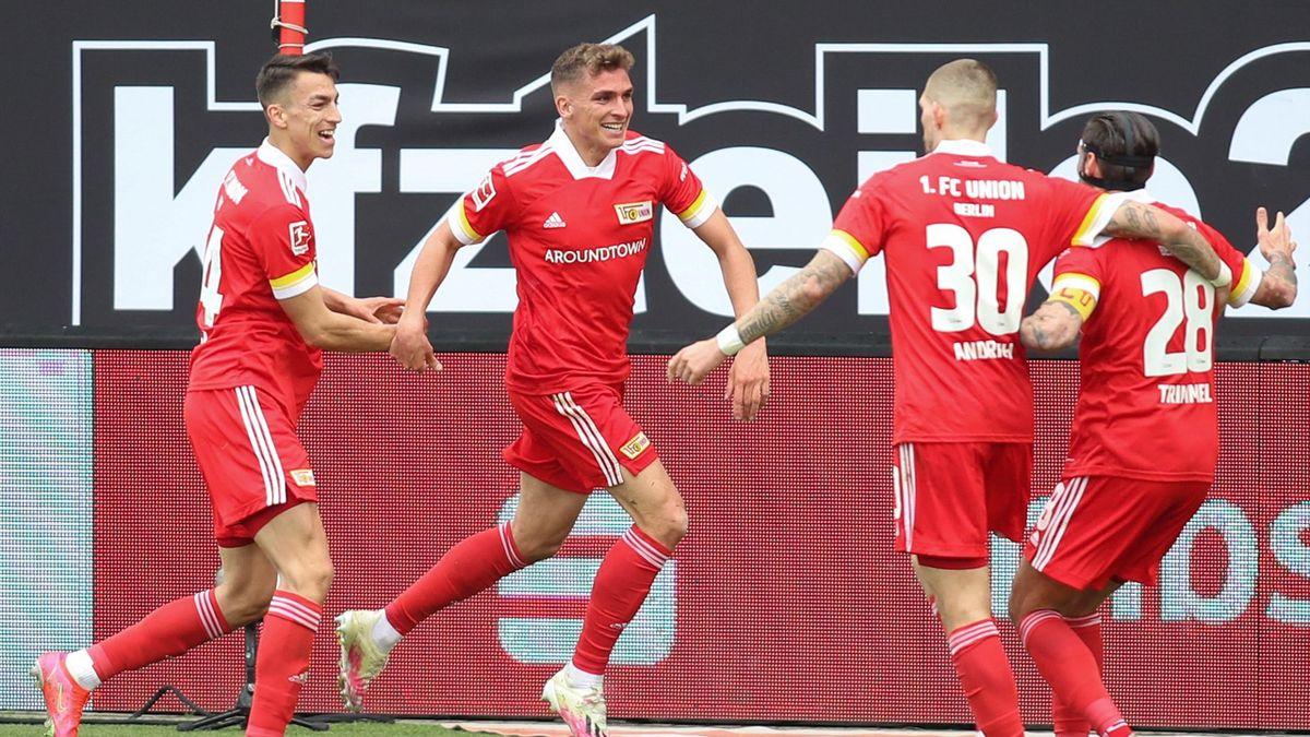 Grischa Prömel von Union Berlin (2. v. l.) jubelt mit seinen Mitspielern über das Tor zum 1:0 gegen den VfB Stuttgart