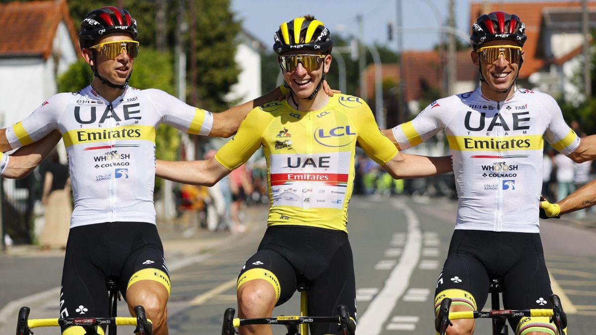 Pogačar sárga trikóban a csapattársai között