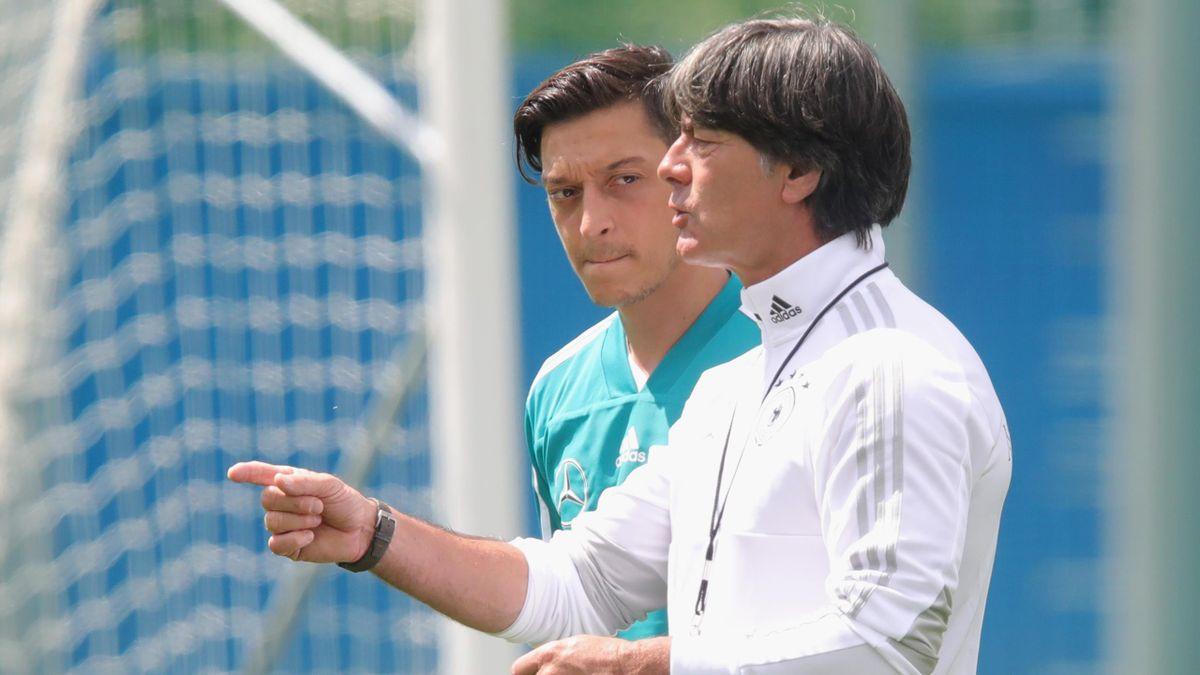 Mesut Özil (l.) im Gespräch mit Joachim Löw
