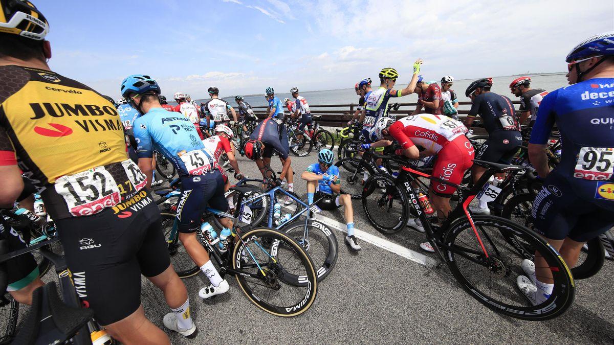 La chute massive qui a mis le Giro en stand-by et Buchmann sur la touche
