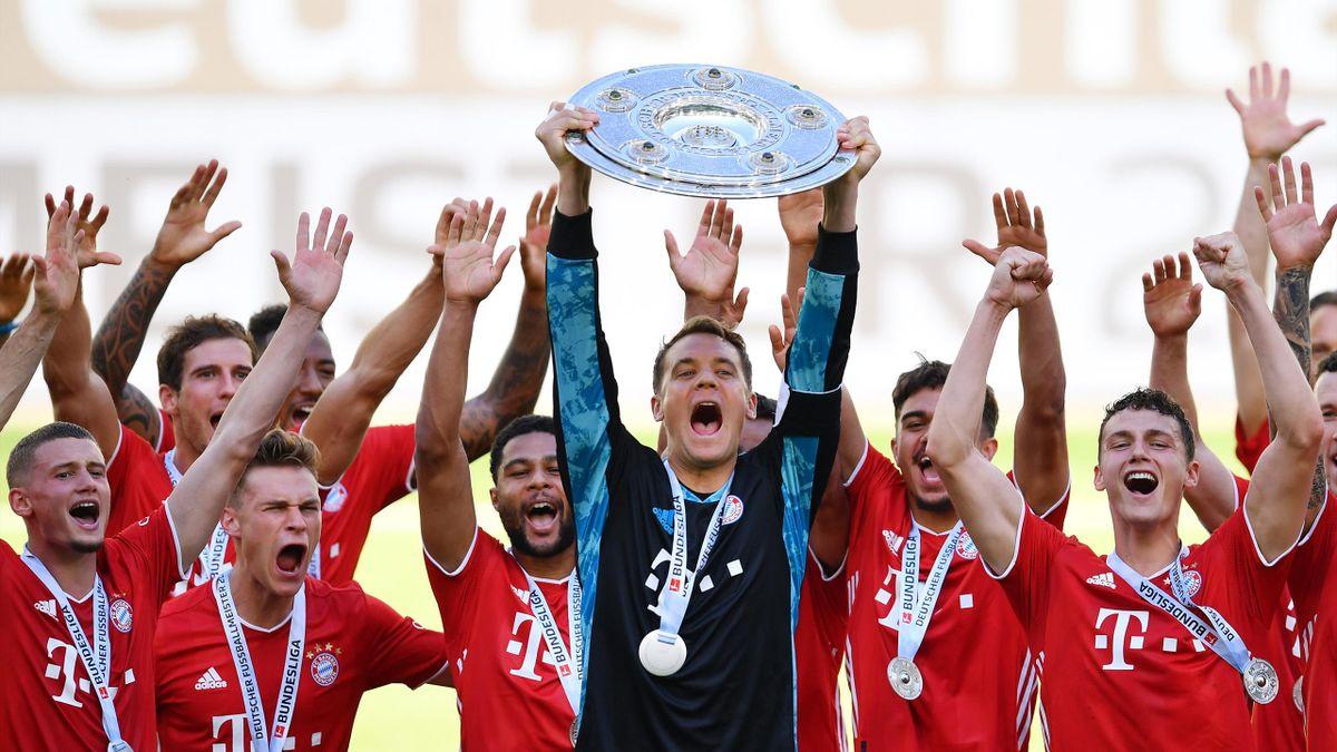 Мануэль Нойер и другие игроки «Баварии» празднуют чемпионство