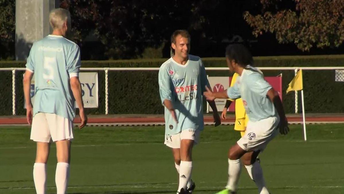Macron joue avec le Variétés et marque : son penalty en vidéo