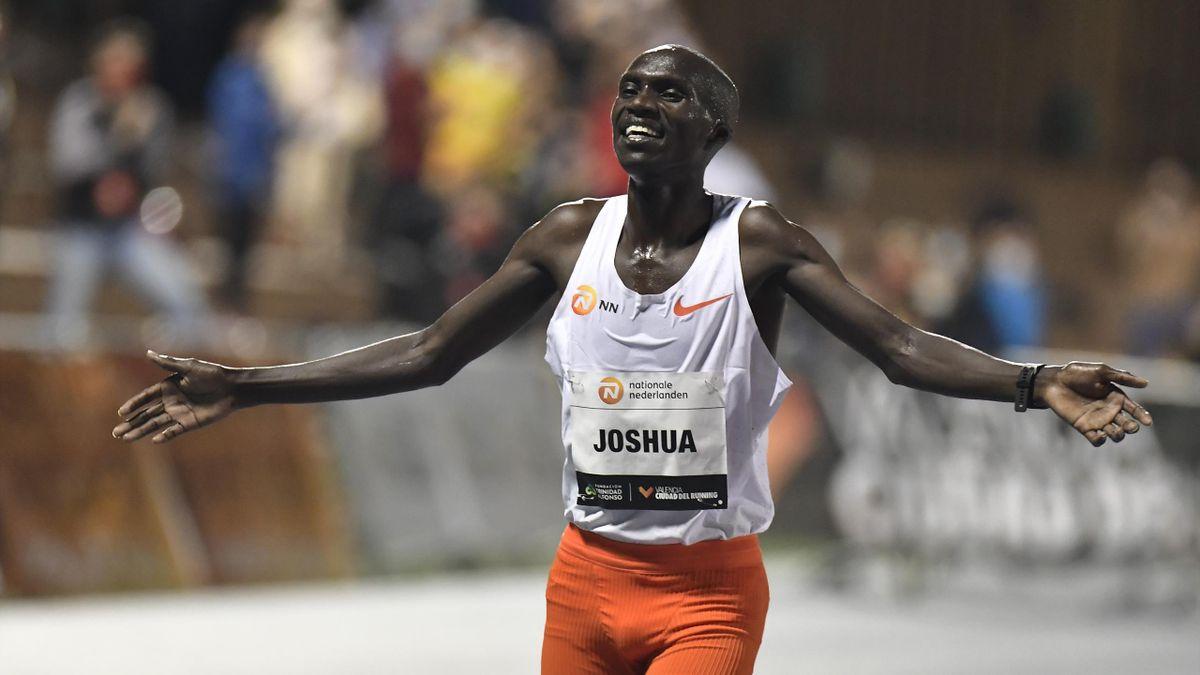 Joshua Cheptegei célèbre son record du monde du 10.000m à Valence