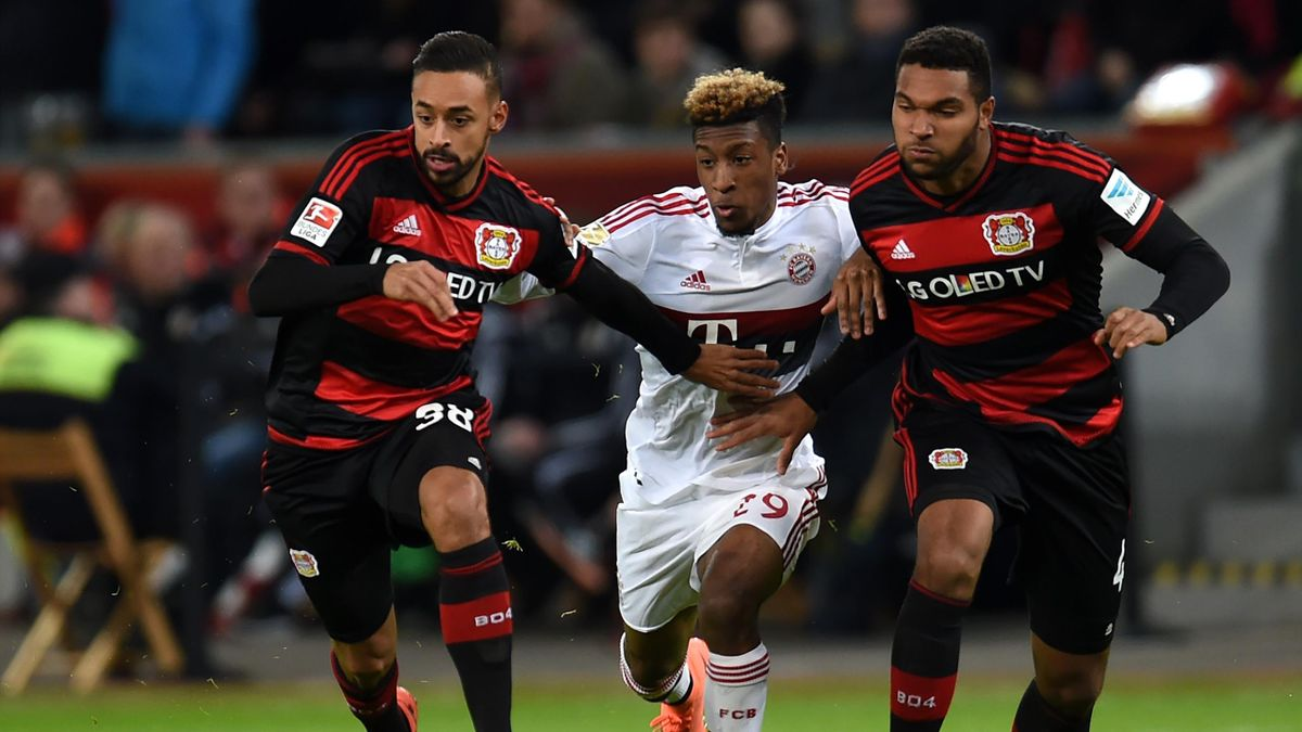 Kingsley Coman (Bayern Munich) pris en tenaille entre Jonathan Tah et Karim Bellarabi (Bayer Leverkusen), samedi 6 février 2016