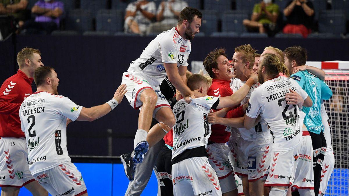 Die Spieler von Aalborg Håndbold bejubeln den Halbfinal-Coup gegen PSG