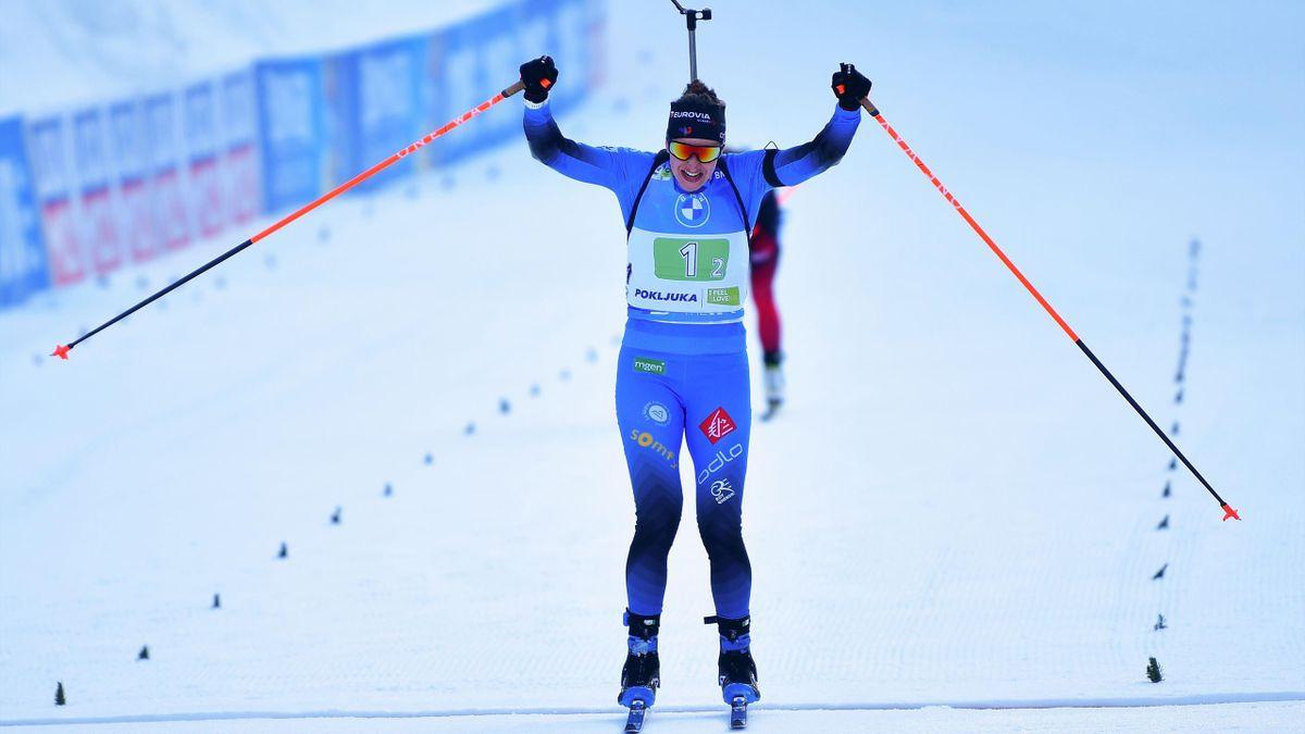 Julia Simon lève les bras : la France est championne du monde de relais mixte