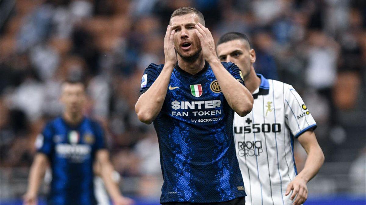 Dzeko si dispera durante Inter-Atalanta - Serie A 2021/2022