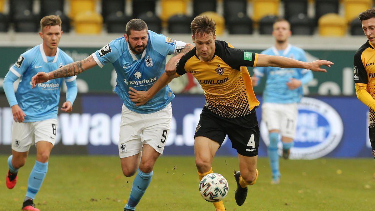 Tim Knipping von Dynamo Dresden (r.) im Zweikampf mit dem Münchner Sascha Mölders