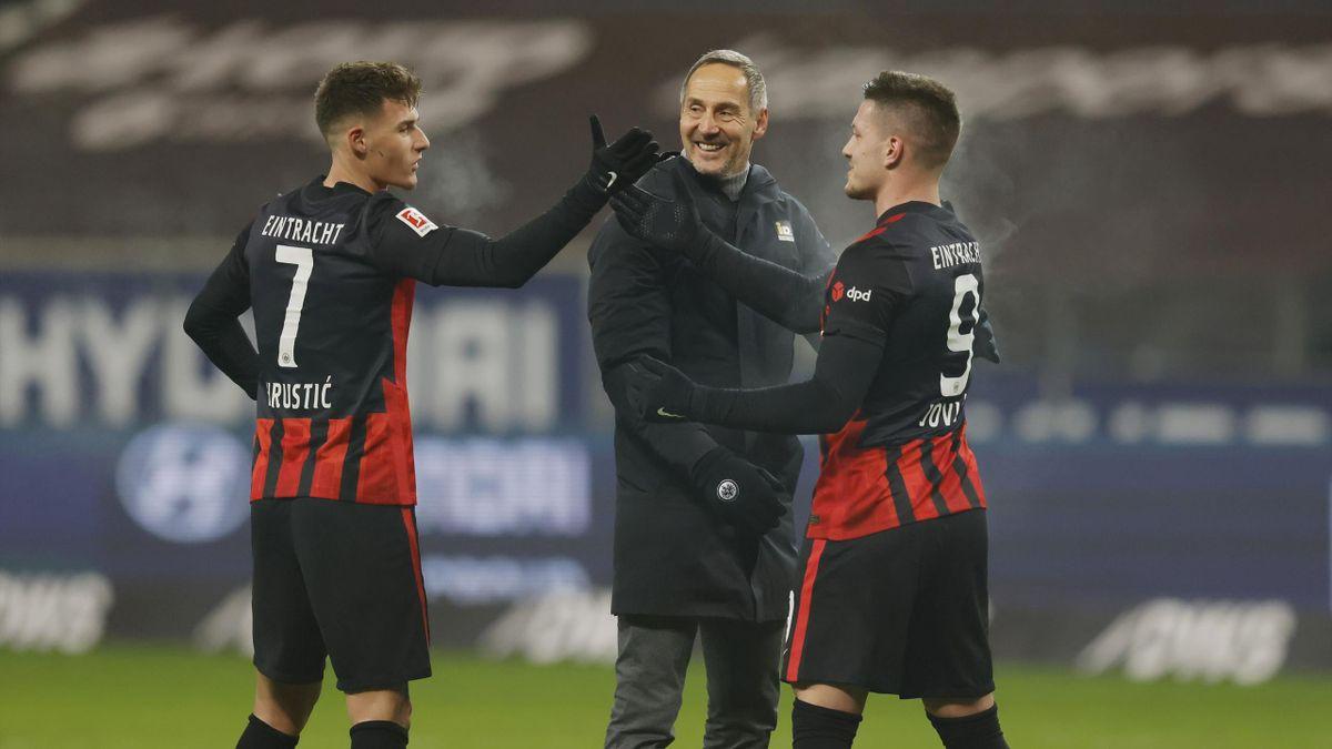 Trainer Adi Hütter (mitte) ist mit Eintracht Frankfurt auf Champions-League-Kurs