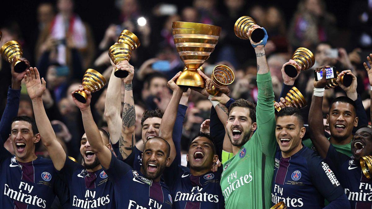 Thiago Silva et les Parisiens lors de la remise du trophée de la Coupe de la Ligue 2017