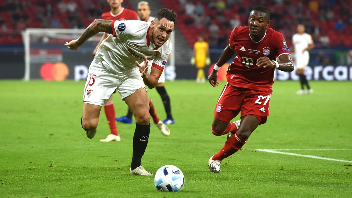 Lucas Ocampos (FC Sevilla; links) im Zweikampf mit David Alaba (FC Bayern)