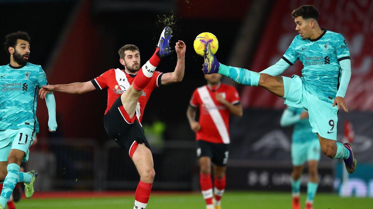 Jack Stephens (links; FC Southampton) im Zweikampf mit Robert Firmino (FC Liverpool)