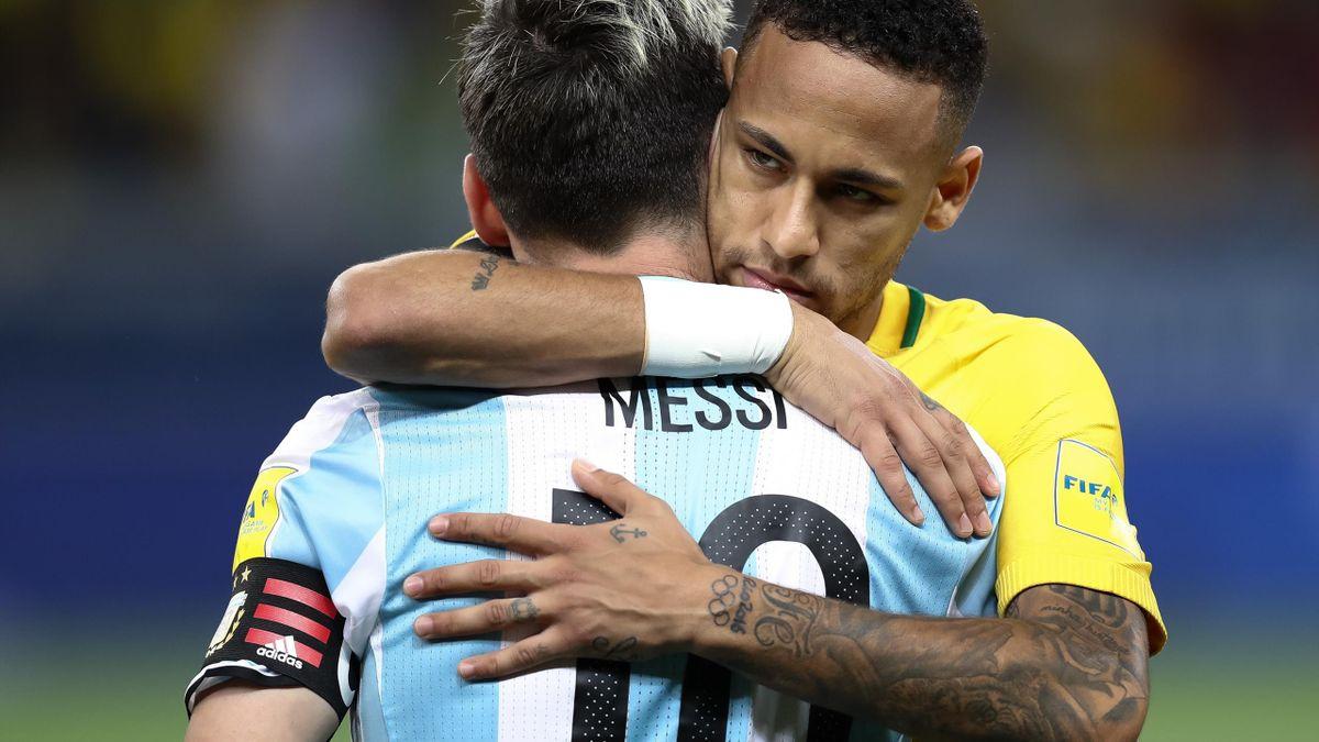 Neymar (r.) umarmt Lionel Messi