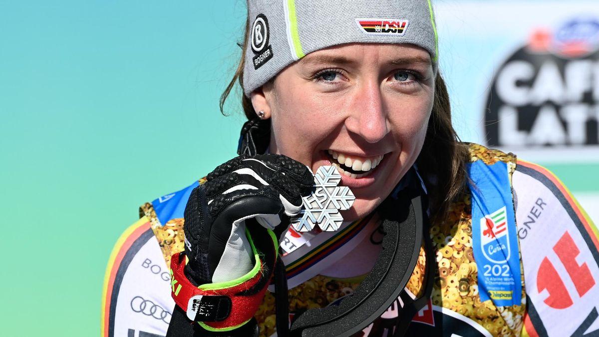 Kira Weidle jubelt über Silber bei der Ski-WM 2021 in Cortina