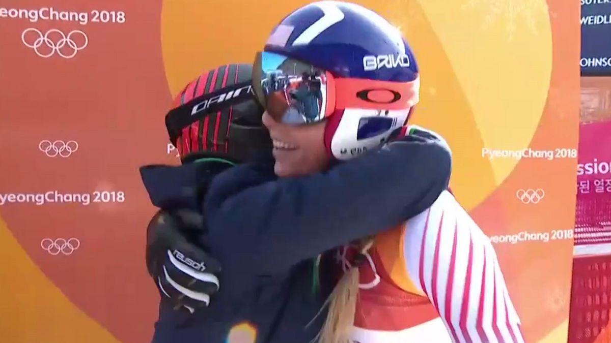 El abrazo entre Lindsey Vonn y Sofia Goggia en la prueba de descenso