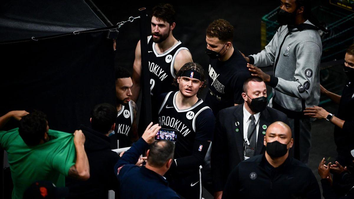 L'incompréhension des joueurs des Brooklyn Nets après qu'un fan des Celtis ait lancé une bouteille sur le parquet.