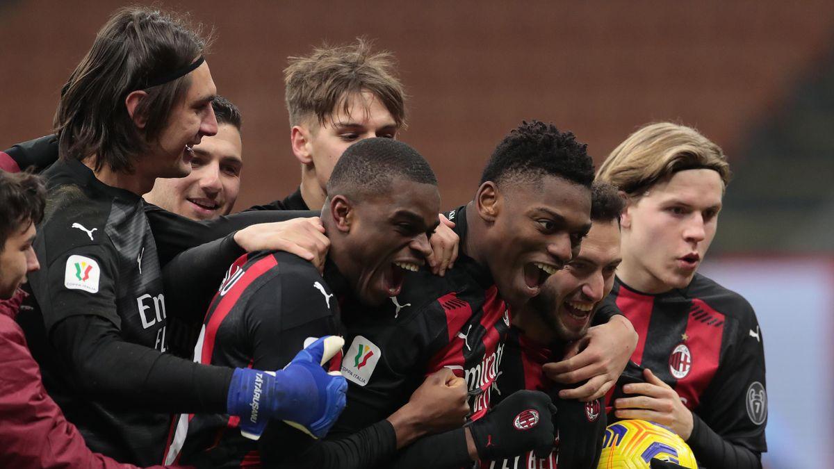 Leao, Kalulu, Tatarusanu qui célèbrent la victoire de l'AC Milan