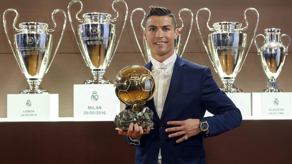 Cristiano Ronaldo posa con el Balón de Oro 2016