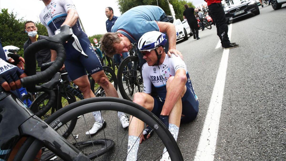 Chris Froome a terra dopo la caduta nella prima tappa del Tour de France 2021