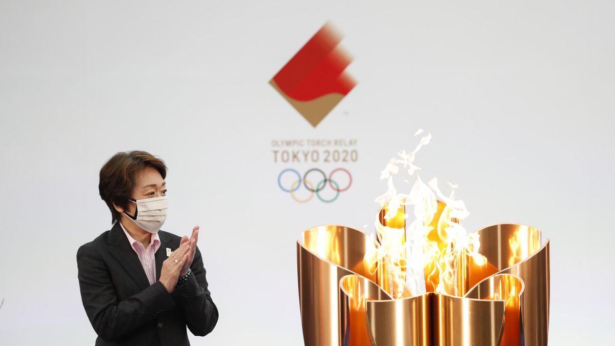 Hashimoto Seiko a szervezőbizottság elnöke az olimpiai láng mellett