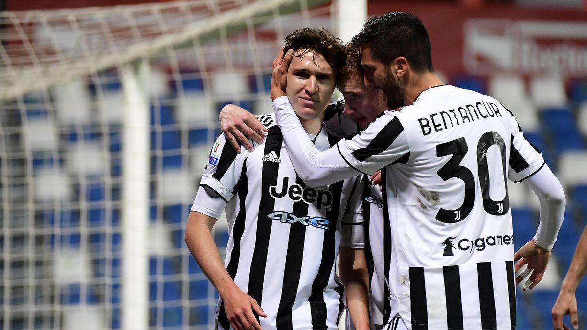 Federico Chiesa abbracciato dai compagni dopo il gol del 2-1, Atalanta-Juventus, Getty Images