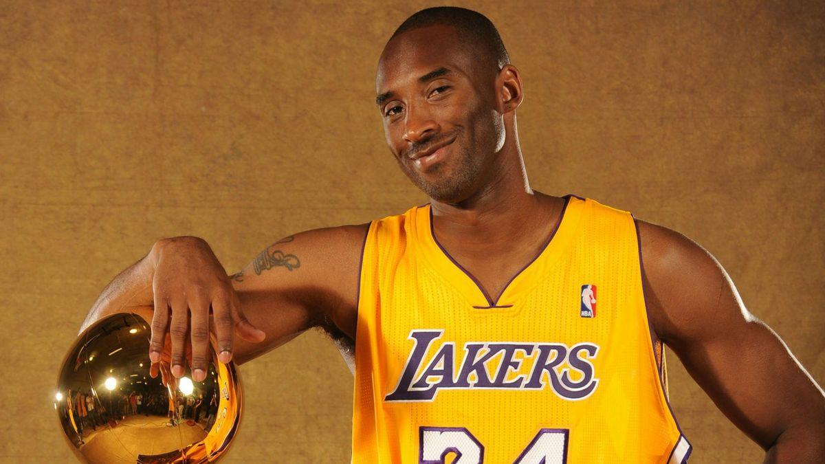 Kobe Bryant (Lakers) avec le trophée de champion NBA en 2010