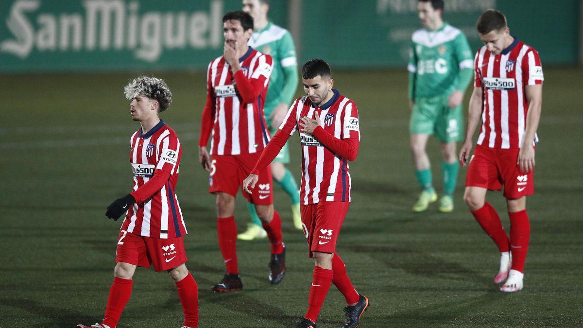Die Spieler von Atlético verlassen nach dem Pokal-Aus enttäuscht das Spielfeld