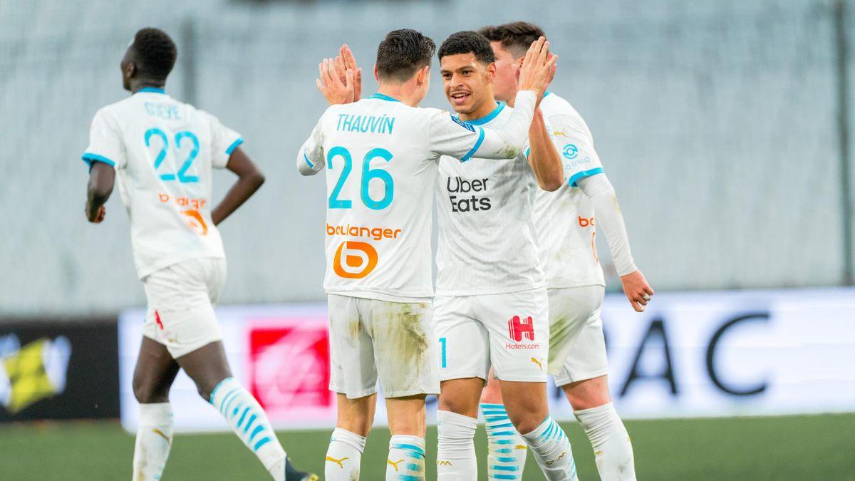 Luis Henrique félicité par Florian Thauvin lors du match de Ligue 1 entre Marseille et Brest, le 13 mars 2021 au stade Vélodrome.