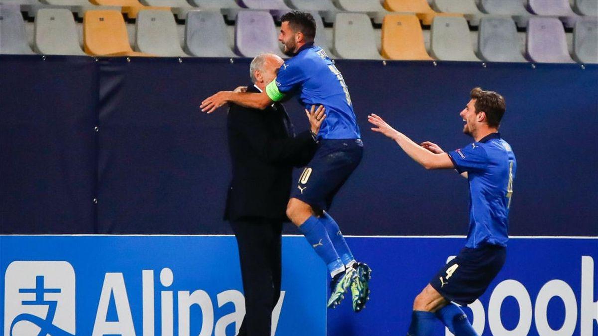 Patrick Cutrone (Mitte) und Matteo Gabbia (r.) stürmen freudestrahlend auf den italienischen Cheftrainer Paolo Nicolato zu