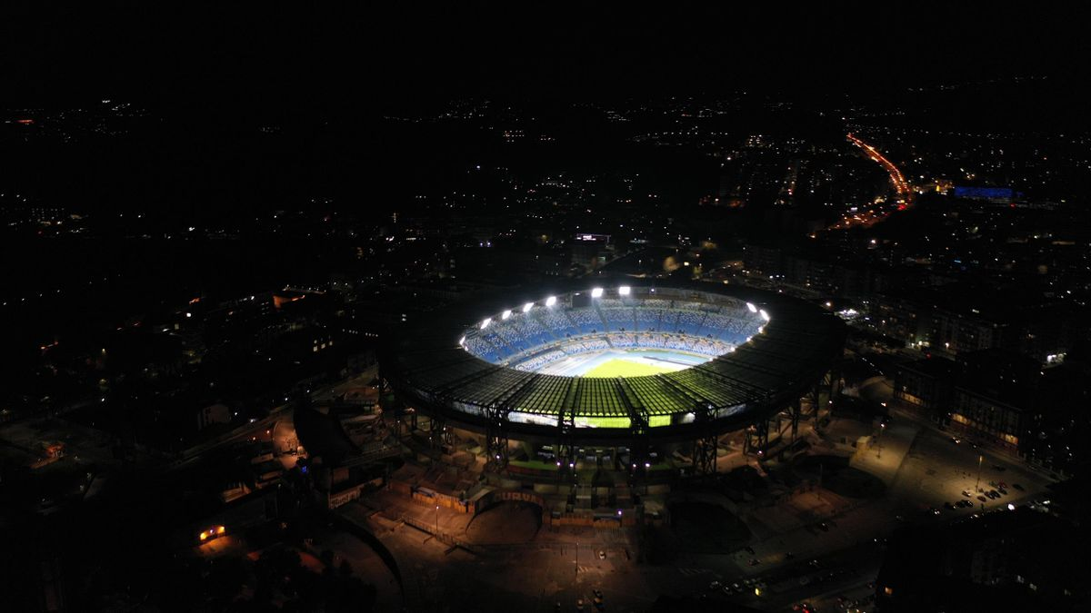 Le San Paolo illuminé en hommage à Maradona