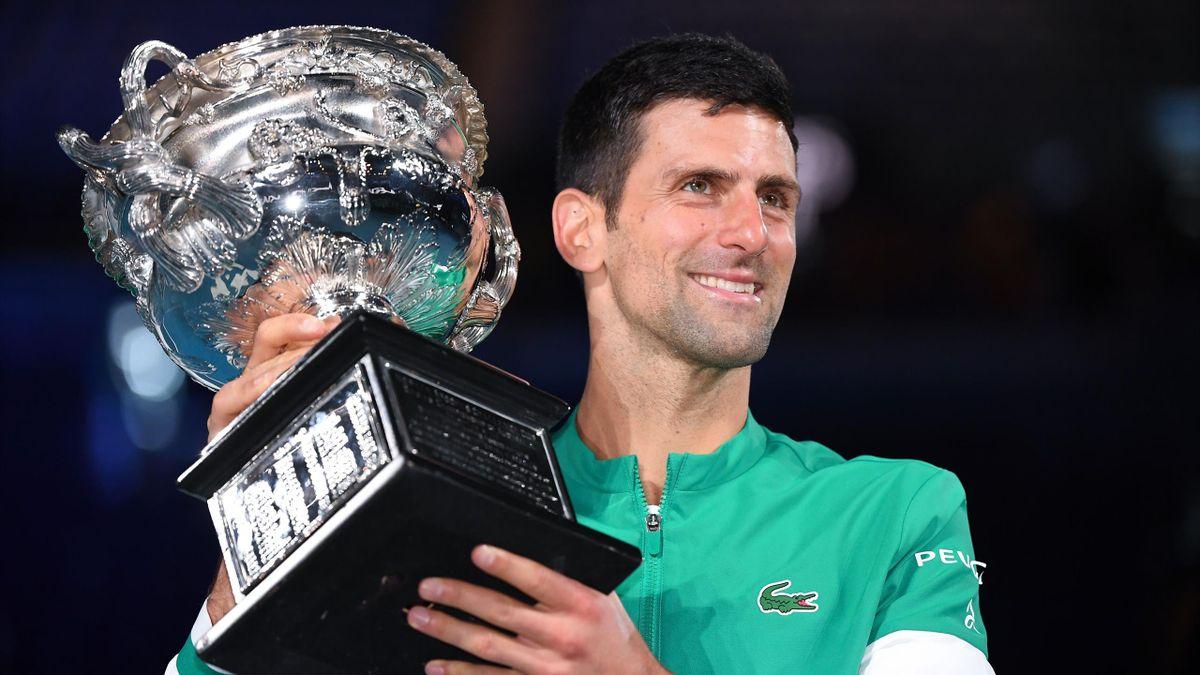 Novak Djokovic tout sourire après avoir remporté l'Open d'Australie pour la 9e fois, le 21 février 2021.