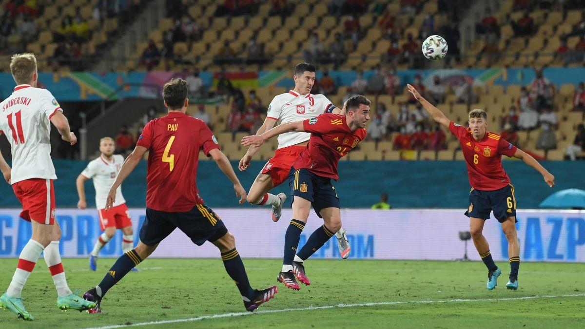 Polens Robert Lewandowski (mitte) trifft gegen Spanien
