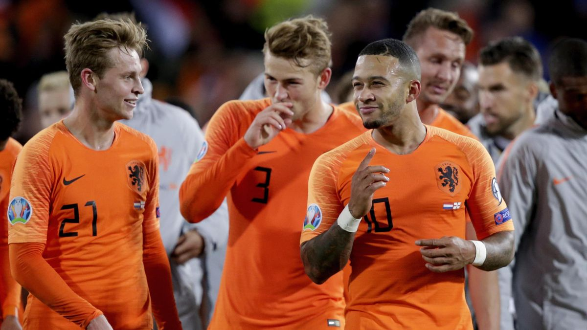 Frenkie de Jong of Holland, Memphis Depay of Holland celebrates the victory during the EURO Qualifier match between Holland v Northern Ireland
