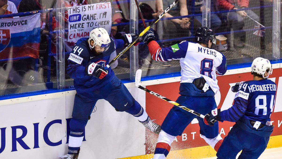 Le Français Olivier Dame-Malka stoppé avec autorité par Matthew Myers (Grande-Bretagne) durant les Mondiaux de hockey sur glace
