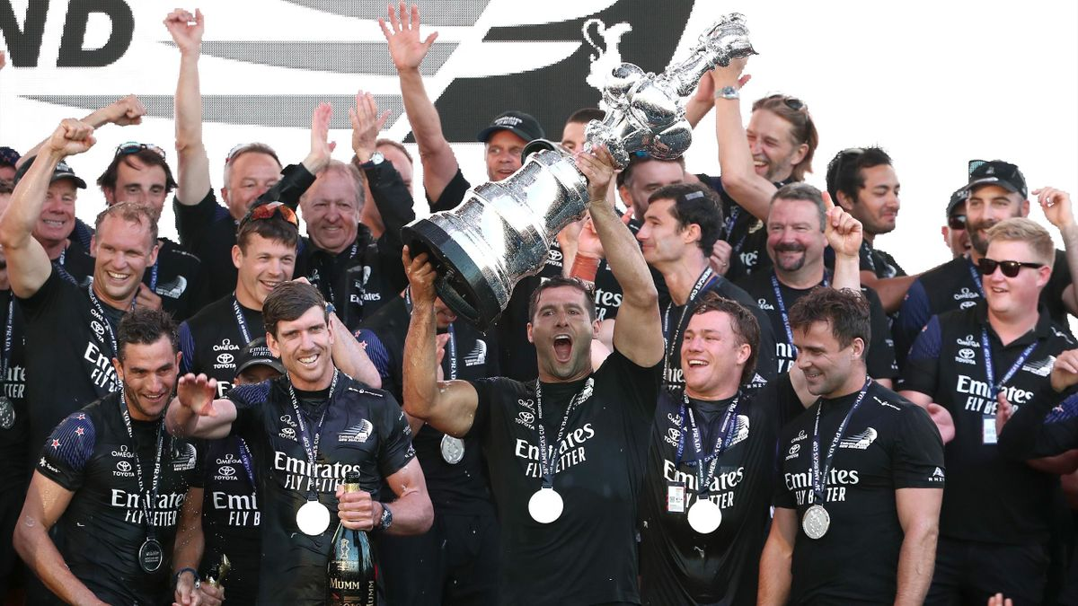 Il team New Zealand alza l'America's Cup