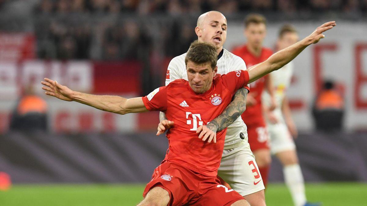 Thomas Müller (FC Bayern München) im Zweimkampf mit Angelino (RB Leipzig)