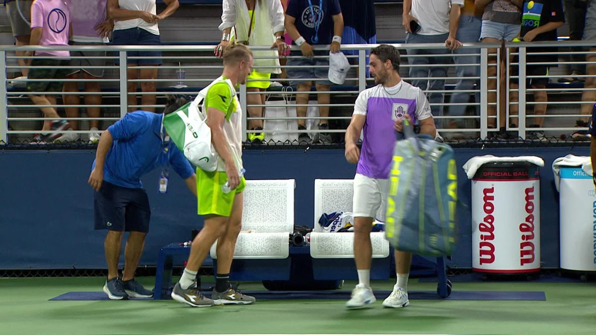 US Open 2021 - Day 1 - Sportsmanship - Trungelliti helps Davidovich-Fokina to carry his bag after the match
