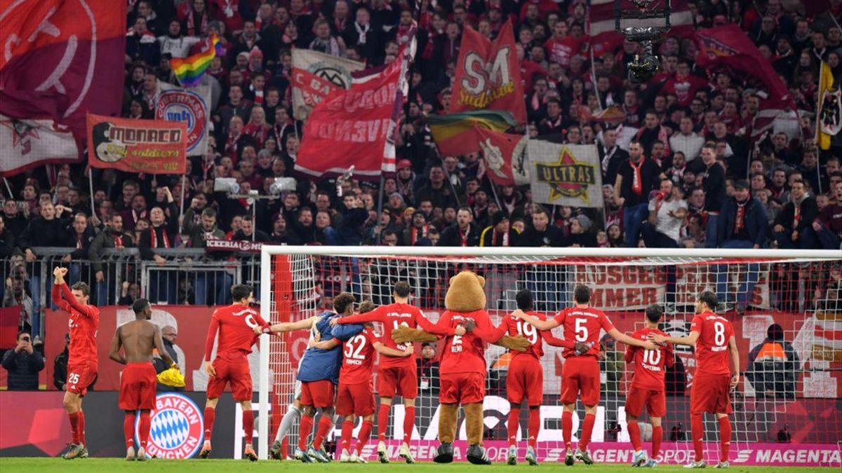 Die Spieler des FC Bayern feiern in der Allianz Arena mit ihren Fans