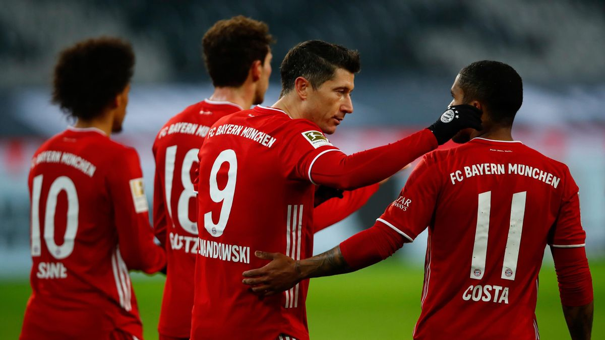 Bayern Munich's Polish forward Robert Lewandowski celebrates scoring the opening goal with team mates during the German first division Bundesliga football match Borussia Moenchengladbach v FC Bayern Munich in Moenchengladbach, western Germany on January 8
