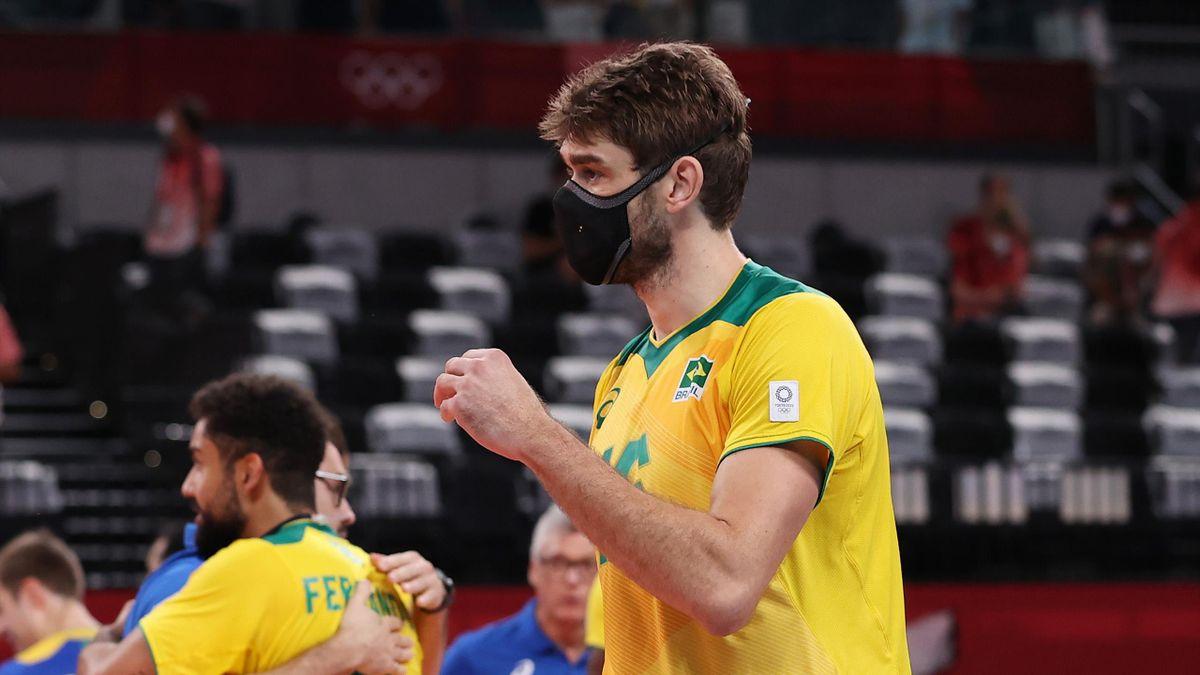 Le volleyeur brésilien Lucas Saatkamp avec un masque