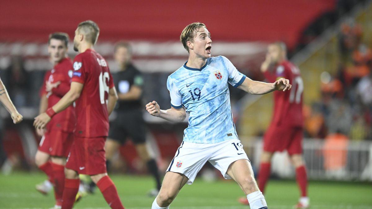 Kristian Thorstvedt feirer foran den tyrkiske fansen