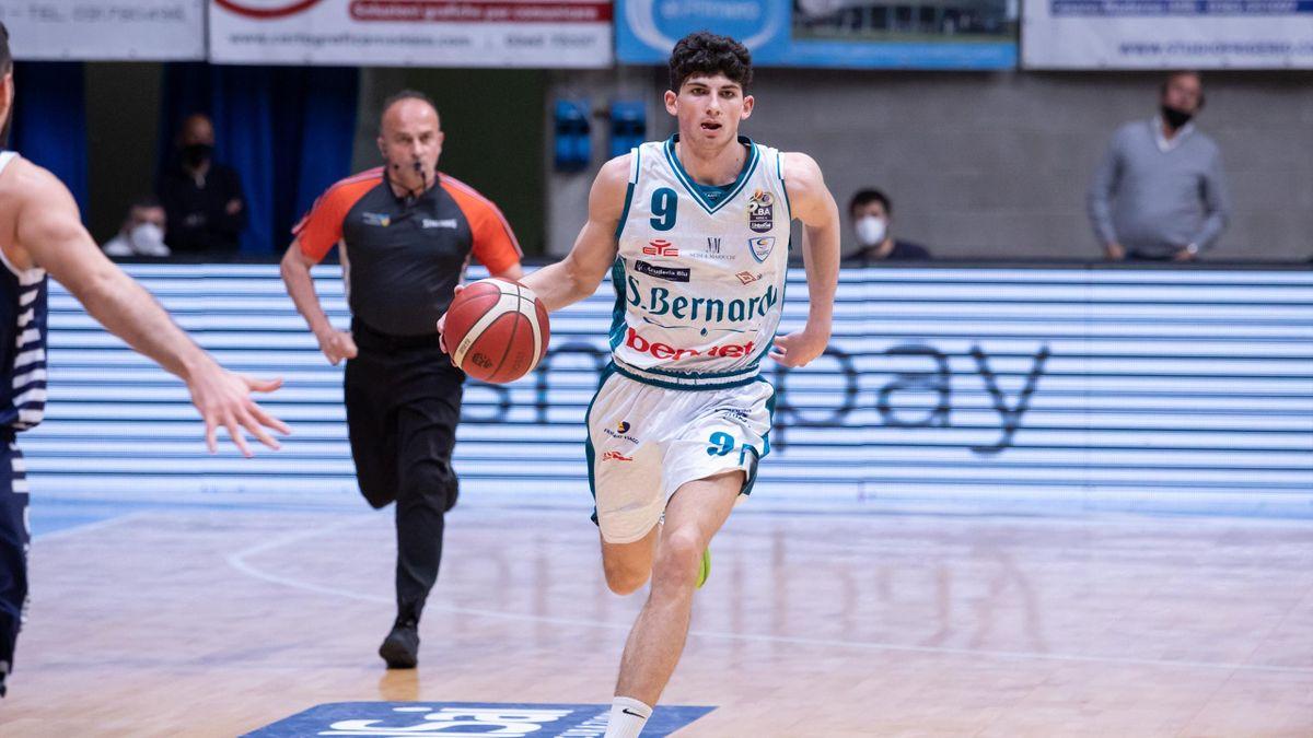 Gabriele Procida in azione con la maglia dell'Acqua San Bernardo Cantù - Serie A basket 2020/2021 - credit@ sito web ufficiale Pallacanestro Cantù