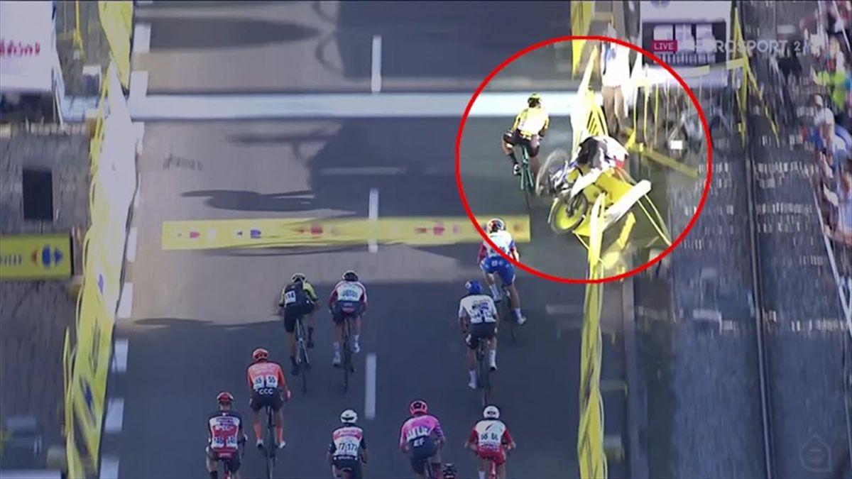 Paurosa caduta al Giro di Polonia: Groenewegen stringe Jacobsen che cade tra le transenne