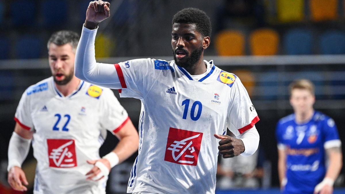 Dika Mem le poing levé lors du match opposant l'équipe de France à l'Islande, au championnat du monde 2021