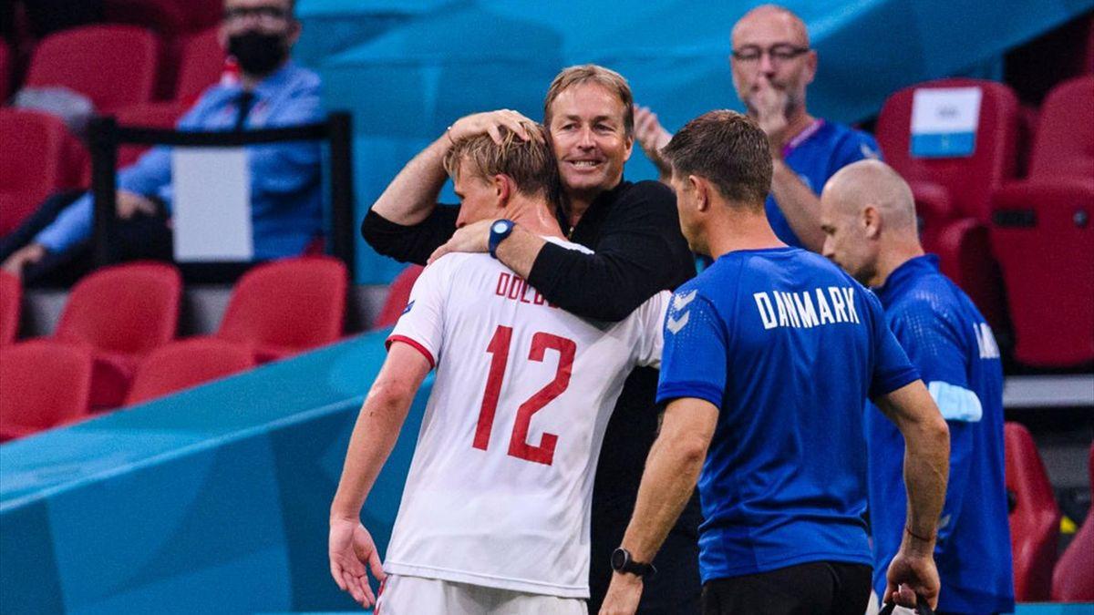 Dänemarks Nationaltrainer Kasper Hjulmand herzt Kasper Dolberg nach seiner Auswechslung