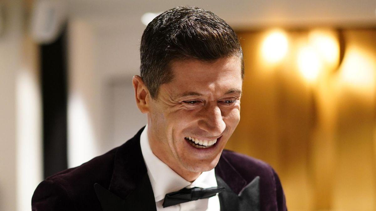 Robert Lewandowski, tout sourire au moment de recevoir le prix The Best de joueur FIFA de l'année, le 17 décembre 2020.