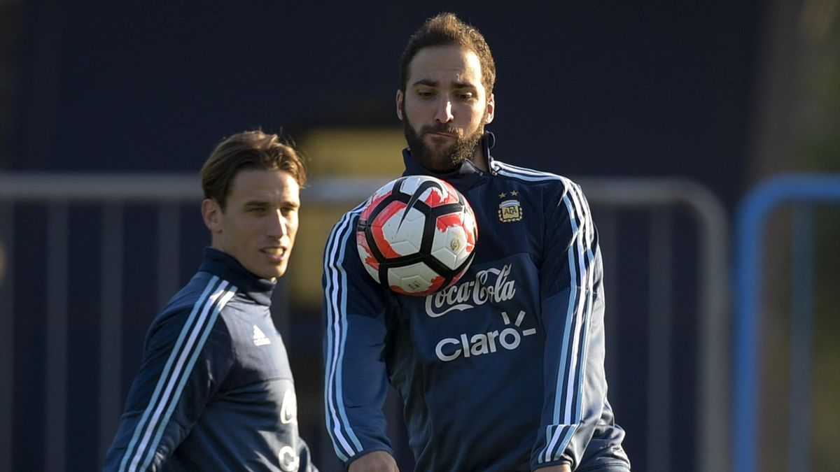 Argentinian forward Gonzalo Higuain (R) controls the ball next to teammate Lucas Biglia