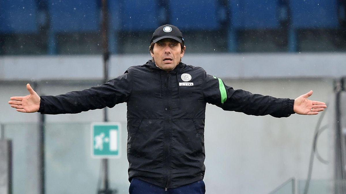 Antonio Conte a braccia aperte durante Roma-Inter